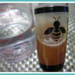 寒くなって蜂蜜が固まったので元の状態に戻しますよ